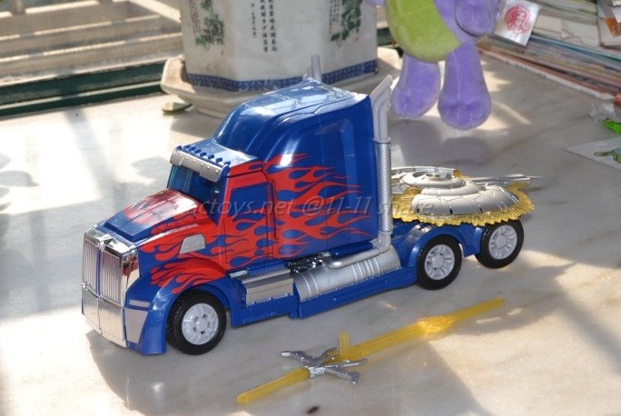 JOUETS - Transformers 4: Age Of Extinction - Page 3 Transformers-4-Age-Of-Extinction-Unmasked-Optimus-Prime-Figure-05_1389776868