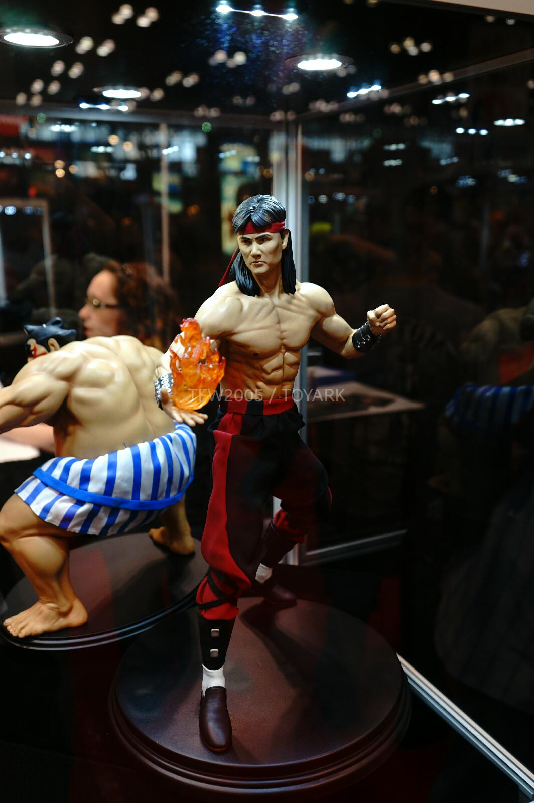 [Pop Culture Shock] Mortal Kombat: Liu Kang 1/4 scale - Página 4 NYCC-2014-Pop-Culture-Shock-030
