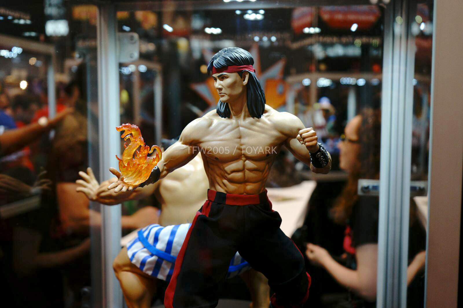 [Pop Culture Shock] Mortal Kombat: Liu Kang 1/4 scale - Página 4 NYCC-2014-Pop-Culture-Shock-033