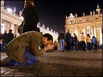 موسوعة البابا يوحنا بولس الثانى ..فى ذكراه الرابعة _40989363_mourners_203_getty