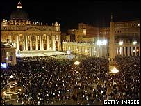 موسوعة البابا يوحنا بولس الثانى ..فى ذكراه الرابعة _40989365_crowd_body_getty