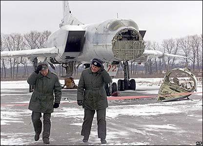 القاذفة الروسية الثقيلة TU-22 ملخص شامل عنها - صفحة 2 _41263652_ap_bomber416