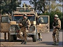 أزمة الكهرباء في العراق في الصحف البريطانية _44150423_british_troops