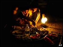أزمة الكهرباء في العراق في الصحف البريطانية _44150424_iraqiblackoutap203b