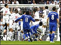 Finale : Tottenham Hotspur - Chelsea FC _44447917_drogba_goal203