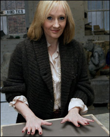 J.K. Rowling: the hands & handprints of the UK author! (Harry Potter) _45472307_rowling282