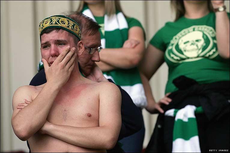 Résultats et classement en SPL - Page 10 _45792904_celtic_fan_sad_766_05_getty