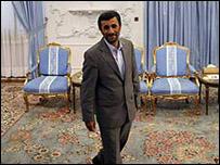 أحمدي نجاد يطالب أوباما عدم التدخل بشؤون ايران _45969444_ahmadinejad203
