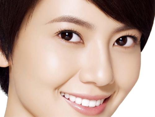 Lựa chọn các vật liệu trám răng hiệu quả Lam-sao-de-rang-su-khong-lech-mau-voi-rang-that-2
