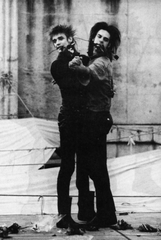 Tus fotos favoritas de los dioses del rock, o algo Nixa-roses-in-teeth-dancing-japan-1985