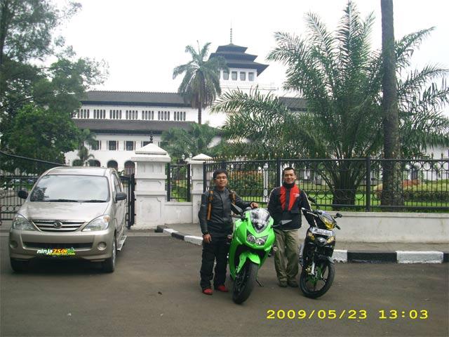 Si Ijo trip to Bandoeng Gedung_sate