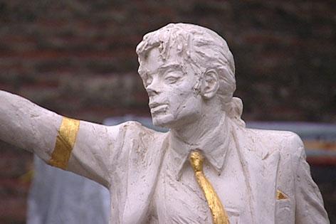 Svelato un monumento dedicato a MJ a Mistelbach, Austria Michael.5145886