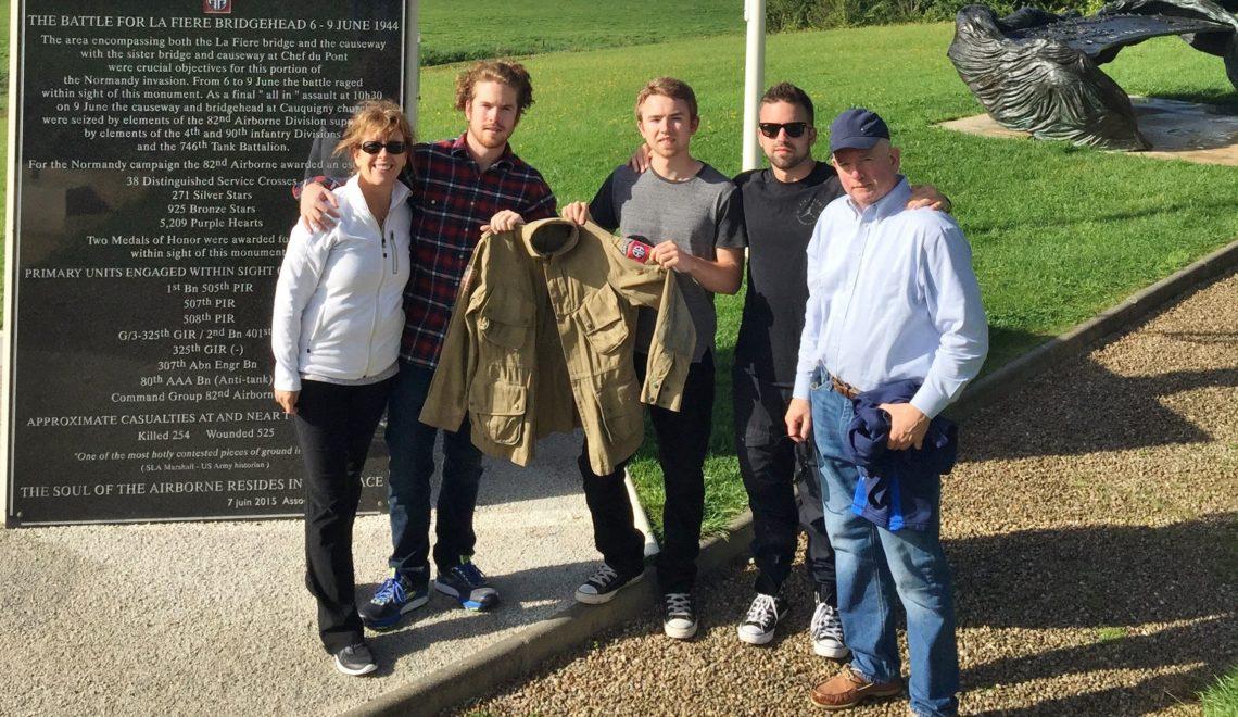La veste d'un parachutiste du D-DAY !!  Family-with-Dad27s-jacket-Copie-1140x660