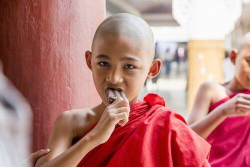 Racontes moi, inventes moi des histoires simples de la simple vie Nin%CC%83o-budista-comiendo-helado-de-chocolate