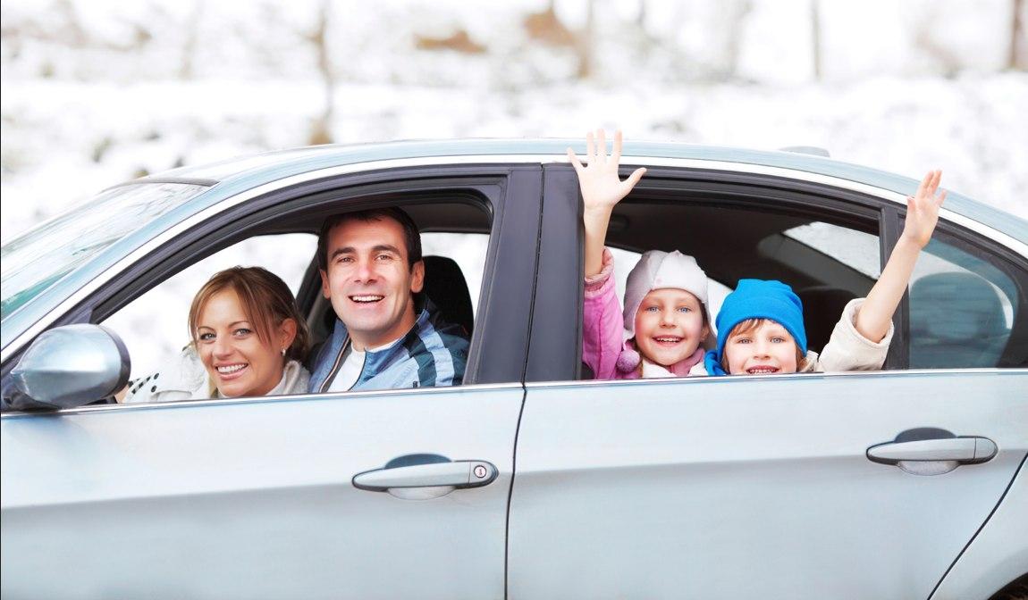 Consejos para un viaje en coche seguro Familia-viaje-coche