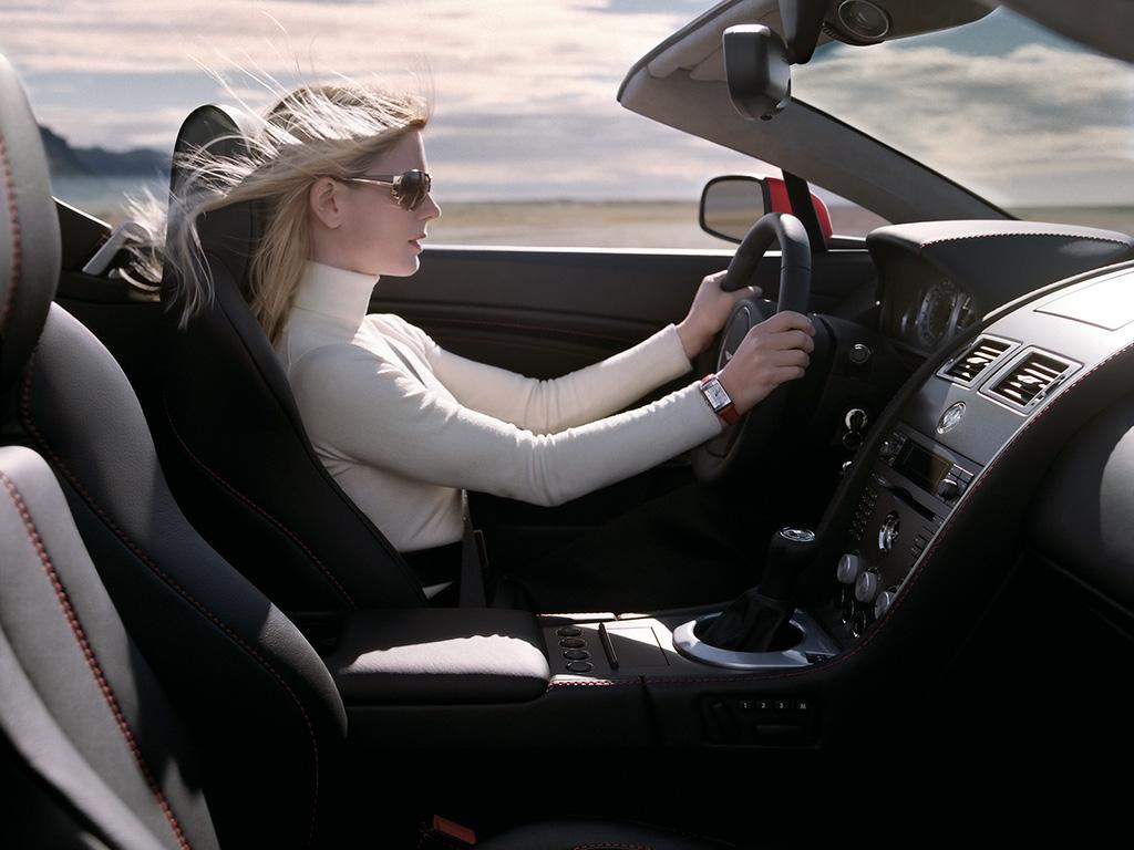 Las mujeres al volante y en el concesionario 2007-Aston-Martin-V8-Vantage-Roadster-mujer