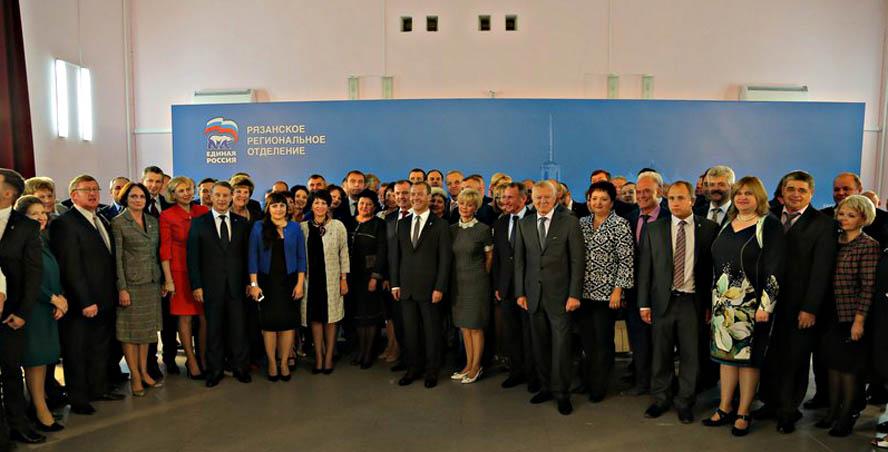 Председатель правительства Дмитрий Медведев осмотрел фармзавод, оценил есенинский ландшафт, «повысил» единоросса Швецова до главы рязанской гордумы Er%2001%20vse(1)
