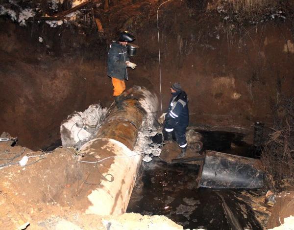 В приток Оки выше Рязани сброшены канализационные стоки 100-тысячного города Protva%2003%20avaria%20na%20trube%20techet