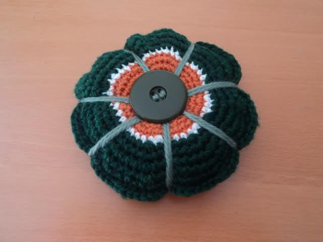 tejido - Un pequeño alfiletero tejido a crochet Zmml1j