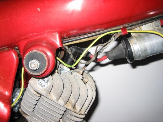 Cable que sale de la bobina hacia el chasis Zlawb9