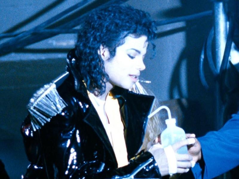 Immagini Michael Jackson che mangia e beve. - Pagina 15 28t9w5t