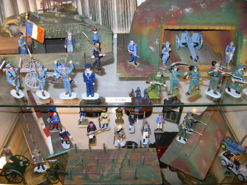 Les figurines anciennes, leurs accessoires et leurs décors. 5cfxj7