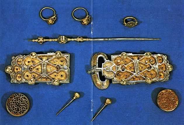Tombe et restes humains de la reine Arégonde  14cfkhx