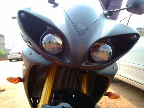 Duda sobre luces de motos de alta cilindrada...por que les anda una sola de las luces delanteras?? 2m78aid