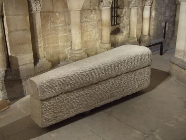 Tombe et restes humains de la reine Arégonde  Ok7dic