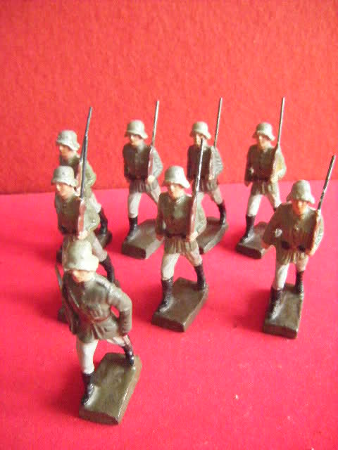 Les figurines anciennes, leurs accessoires et leurs décors. 2801561
