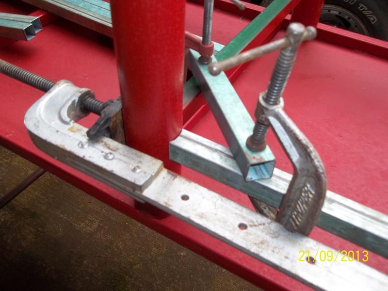 Mesa metálica de trabajo hecha toda con material reciclado. 154fxmx