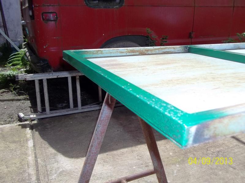 Mesa metálica de trabajo hecha toda con material reciclado. 2dwb312