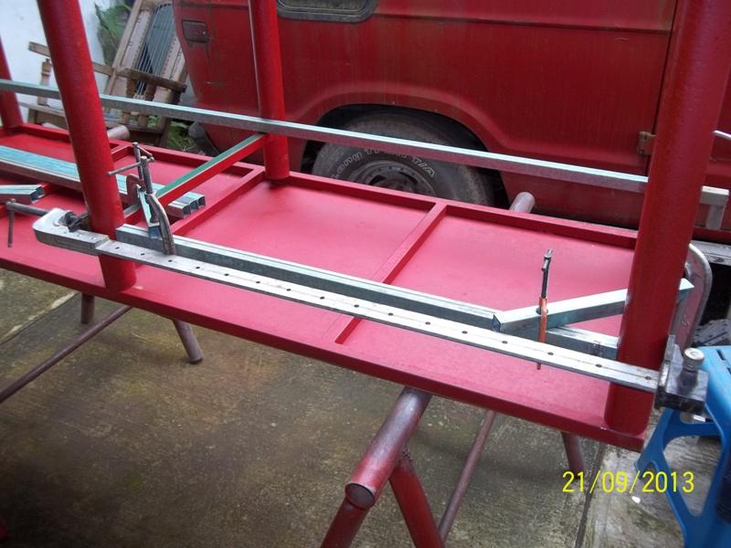 Mesa metálica de trabajo hecha toda con material reciclado. 2ic2xac