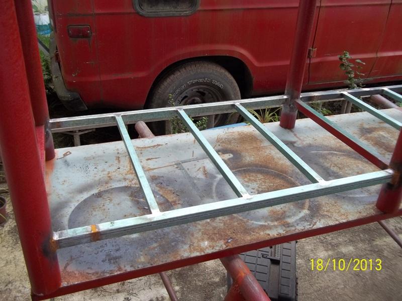 Mesa metálica de trabajo hecha toda con material reciclado. Zva8g6