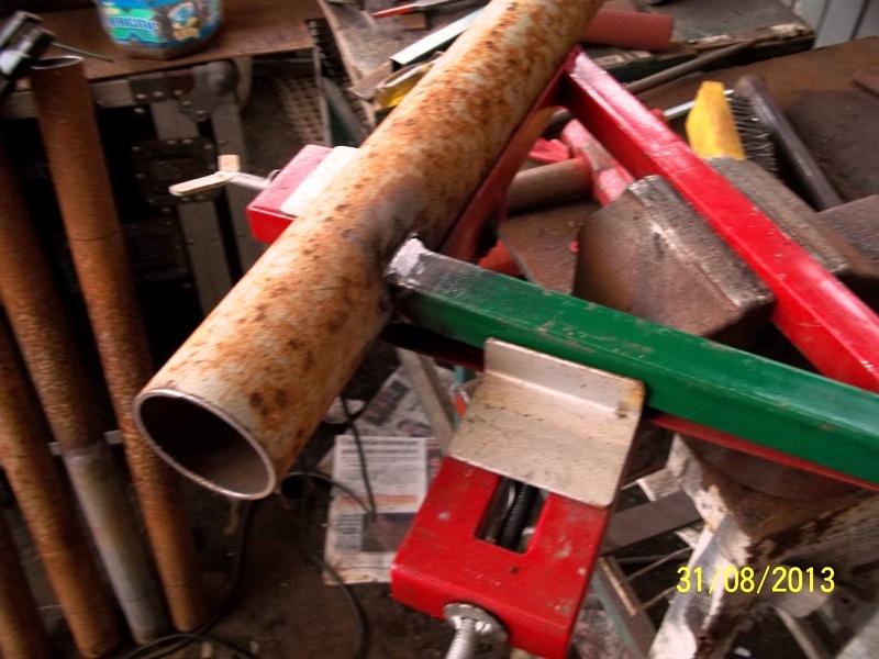 Mesa metálica de trabajo hecha toda con material reciclado. 290zmlx