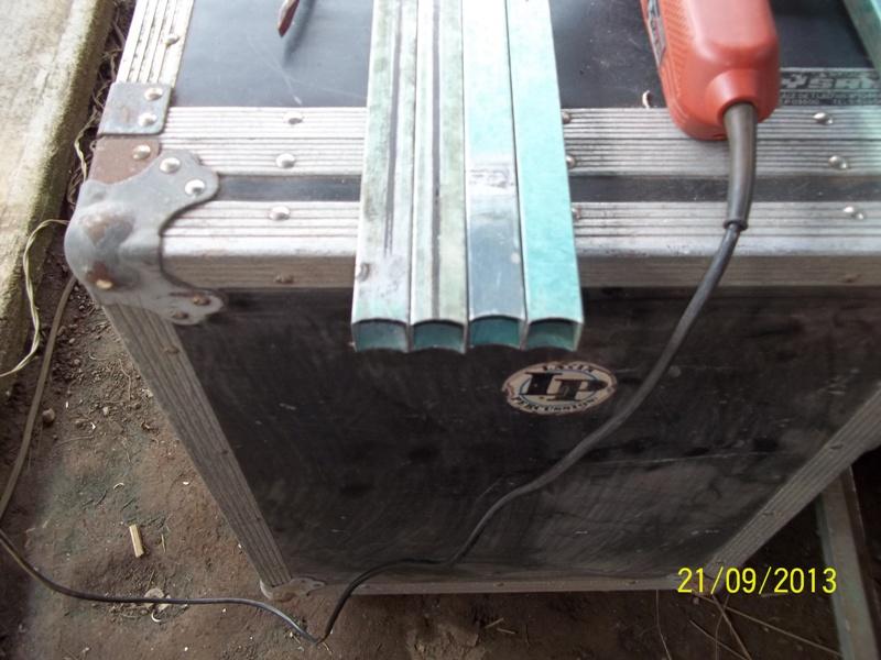 Mesa metálica de trabajo hecha toda con material reciclado. 2s61us3