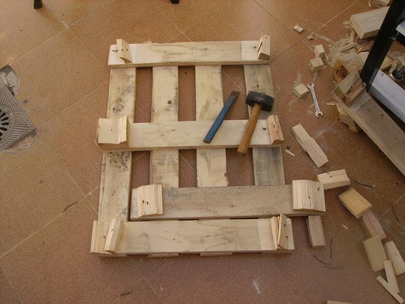 Una mesa plegable para la caseta de mi hijo... y una pequeña historia. Npgnqe