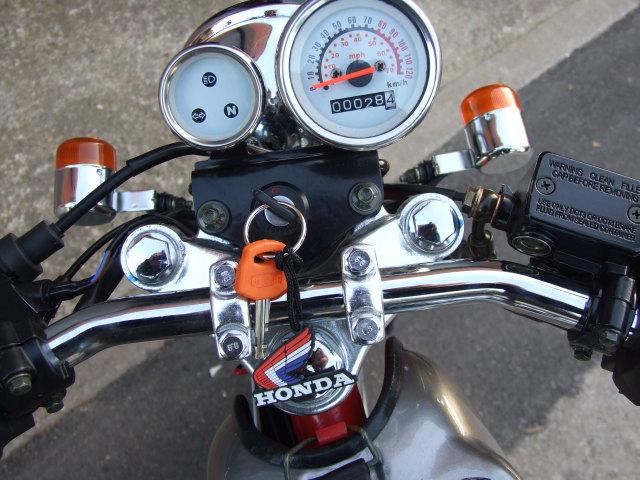 La réplica de la Honda Dream  25rebro