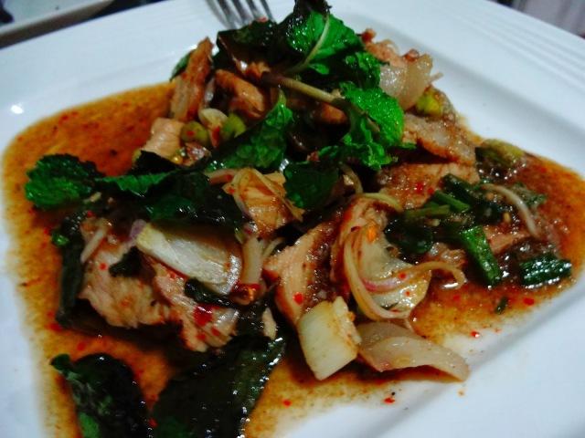 Fotos con precios de los diferentes platos y comidas tailandesas 2d0yhvm