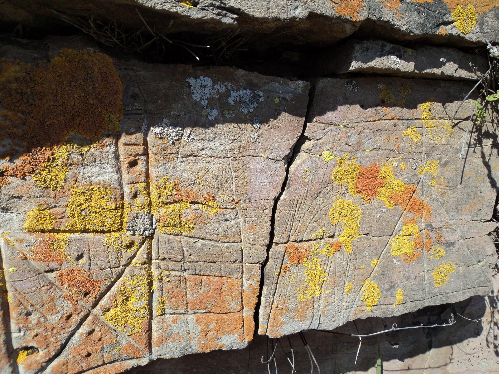 ayuda  para estas marcas en una piedra 30vey2t