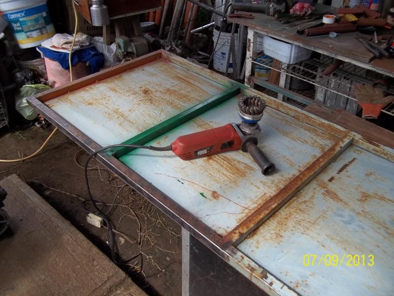 Mesa metálica de trabajo hecha toda con material reciclado. 34imv12