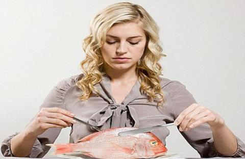 اتيكيت تناول الأسماك فى المطاعم والعزومات  ! Ehnoyc