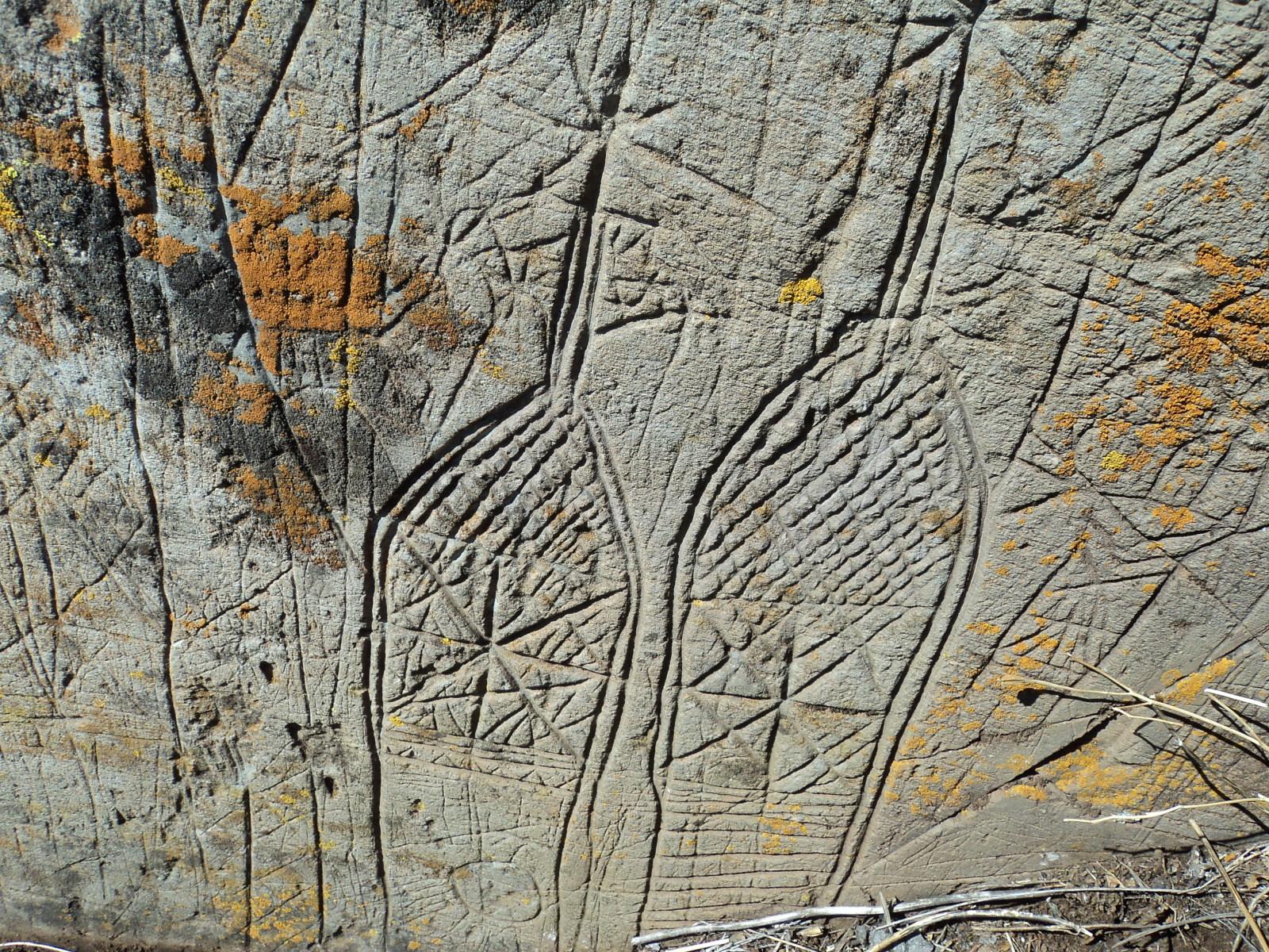 ayuda  para estas marcas en una piedra 16hu8u9