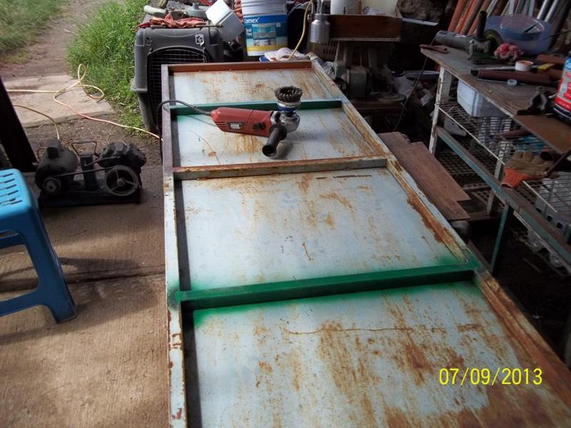 Mesa metálica de trabajo hecha toda con material reciclado. 2nt8qjs