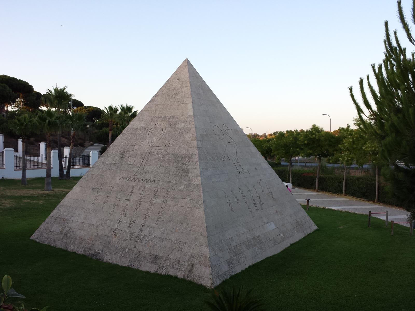 Pirámide en Palos de la Frontera Vqgyad