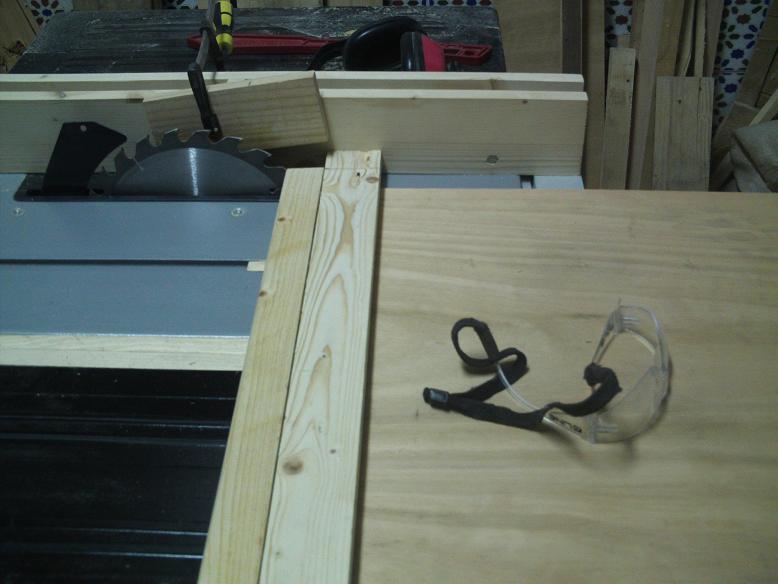 Una mesa plegable para la caseta de mi hijo... y una pequeña historia. 10qgh9j