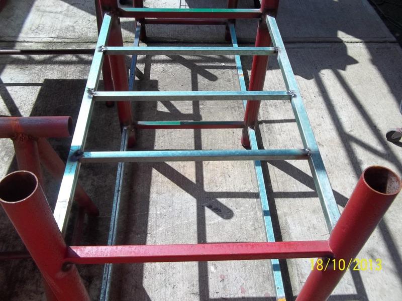 Mesa metálica de trabajo hecha toda con material reciclado. 21myzqo