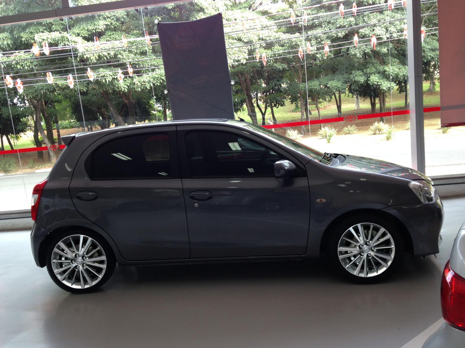 Etios com rodas do Corolla 2014 2dv1r9v
