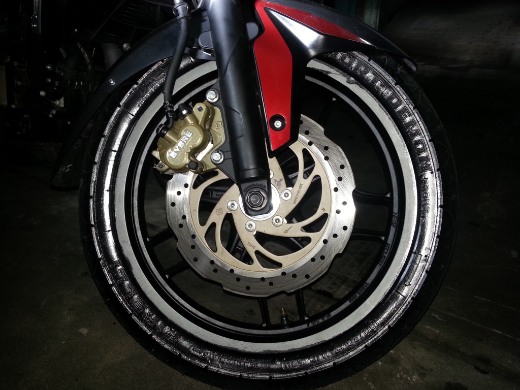 Mi 200NS con Pirelli Sport Demon 96ywko