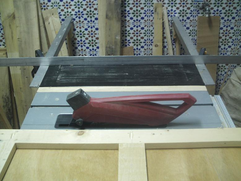 Una mesa plegable para la caseta de mi hijo... y una pequeña historia. Domphf